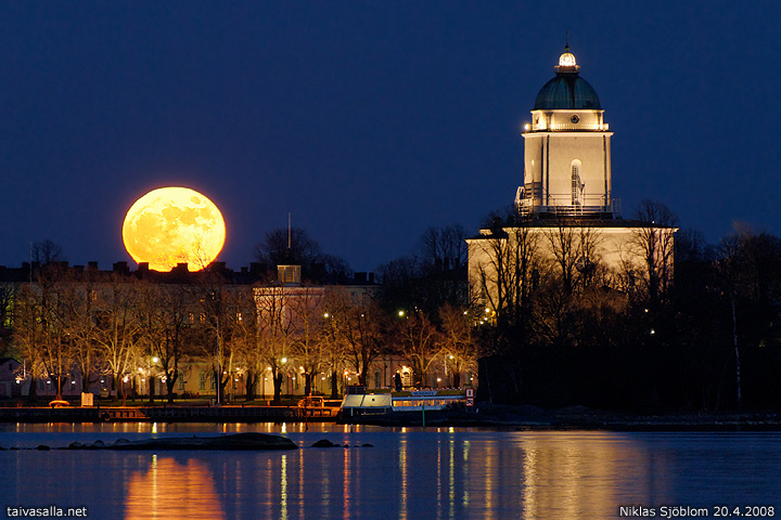 Moonrise over Suomenlinna