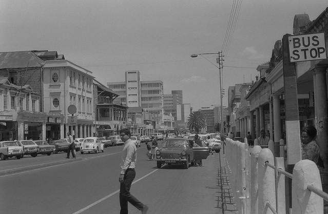 349 straatbeeld Nairobi (toen oom Jomo de touwtjes nog in handen had) in 1971....