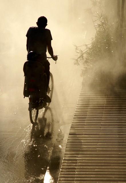 un vélo dans la brume