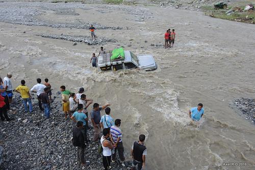 inondation jeep nepal préci personnes rivière