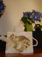 Bule em barro branco com gatito