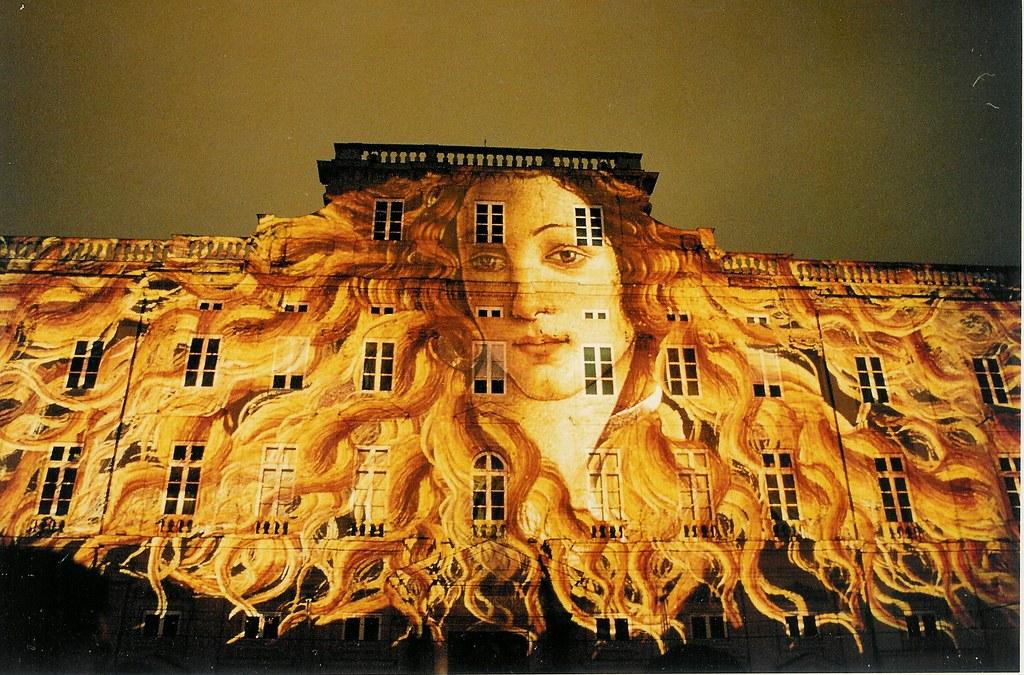 photographie d'une image de la peinture Vénus de Botticelli projetée sur un bâtiment de Lyon à l'occasion de la Fête des Lumières https://www.flickr.com/photos/anduze-traveller/47737156