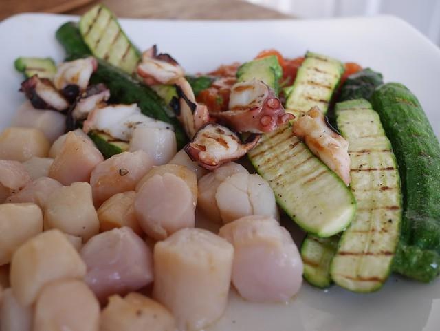 火, 2014-03-11 18:04 - Scallop, octopus and baby zucchini w/fresh tomato sauce