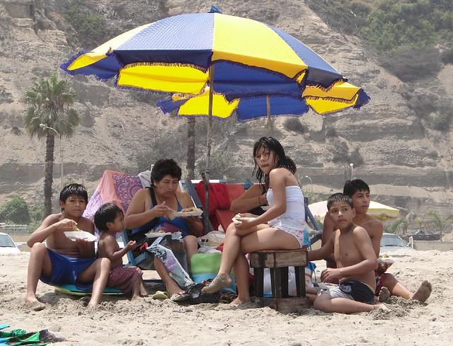 Resultado de imagen para comiendo en la playa