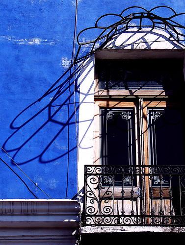 Juego de sombras con fondo azul