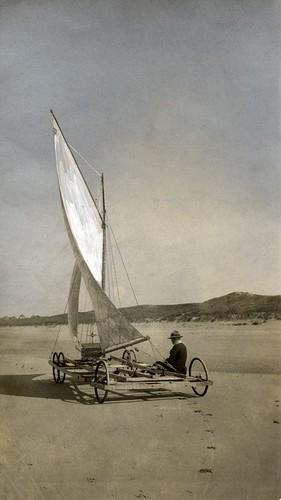 Zeilwagen op het strand, 1917 / Sand yacht on the beach, 1917.   by Nationaal Archief