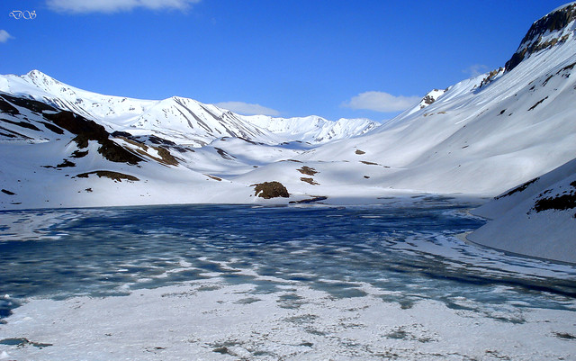 Frozen lake Baralacha Pass