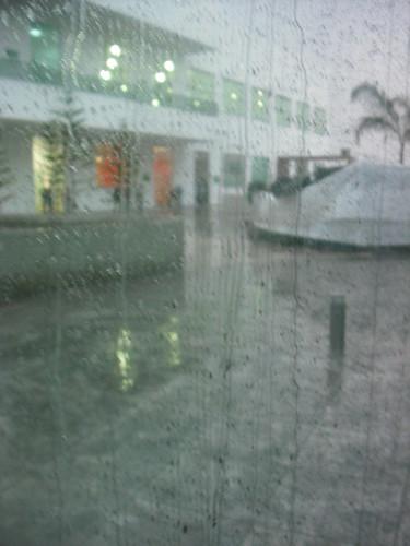 Complejo Universitario con lluvia