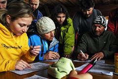 Train SNOWfest 08 - Místní Guide Tom (na pravé straně) ráno ostatním coachům zakresloval do mapky nejlepší sjezdy.