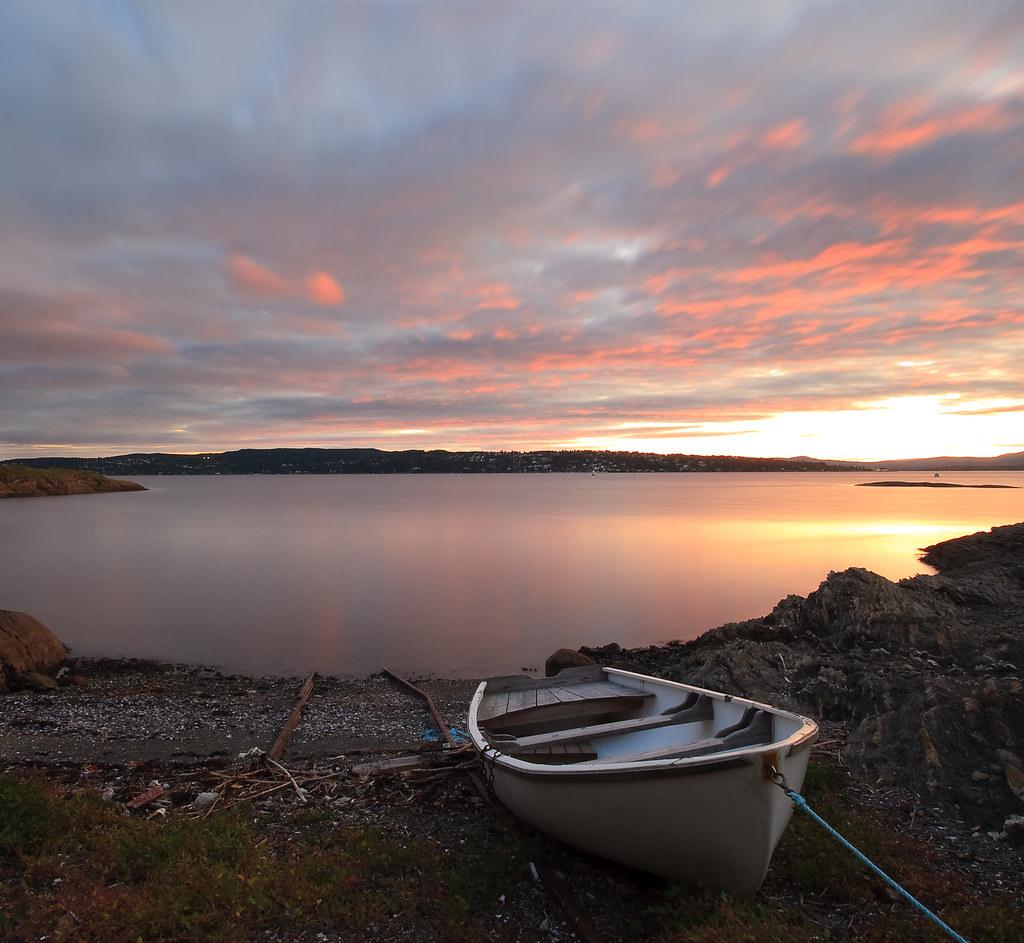 Gressholmen: forlatt båt i solnedgang by Oddne Rasmussen