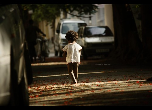 road street light shadow sunlight india playing girl canon children kid child action bangalore mother streetshots streetphotography foliage carefree freemind unfettered streetaction malleswaram indianphotography 55250mm canon1000d iwanttobeakidagain