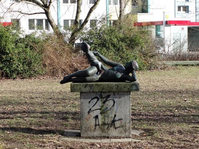 1982 Berlin-O. Mutter mit Kind von Lore Plietzsch Bronze Wiese östlich Amanlisweg 38 Quartier Geißenweide in 12685 Marzahn