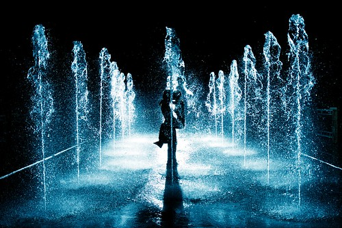 love wet water fountain silhouette night kissing couple waterfountain sb80dx villagecenter strobist castlehills