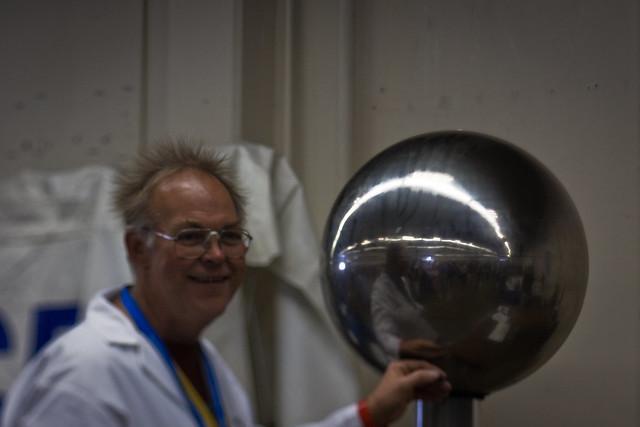 Maker Faire 2009: Van de Graff generator