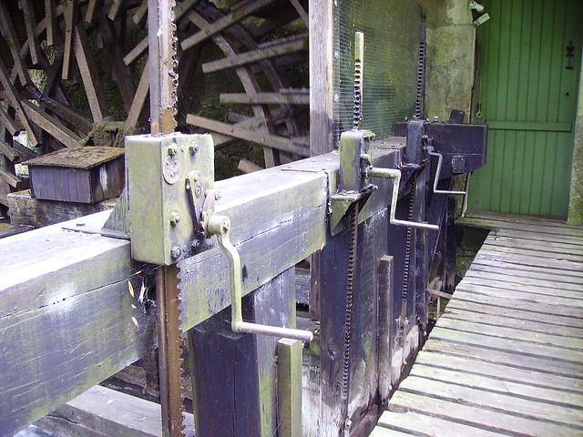 Roue et vannes du Grand moulin, Moulin-l'Évêque