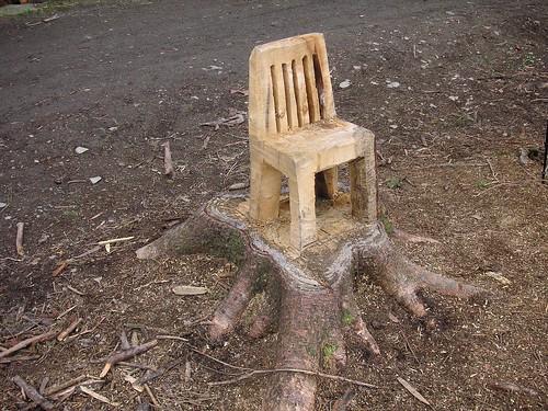 Ein Stuhl im Wald aus einem Baumstumpf geschnitzt