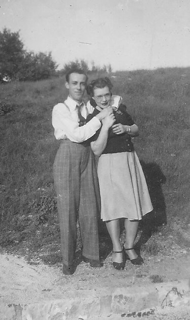 TROUSERS WITH CLASS AND CREASE: THE ESSENCE OF 40S FASHIONS