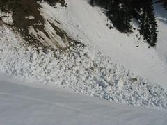 Malé lavinky mokrého sněhu patří k jaru jako vlaštovky