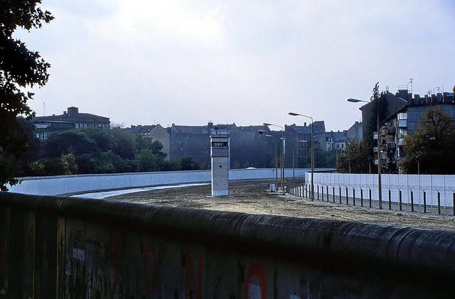 19870000 Berlin Mauer Todesstreifen Wachtturm Häuser (4)