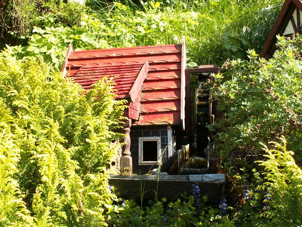 Im Gras und Farn verstecktes Zwergenhaus bei Burg Scharfenstein, ade, es muß nun geschieden sein, was weiß diese Brut, was weiß sie von Glut und von Schmerz, so zieht er und flieht von dannen fort, ein Kleinod doch läßt er am heimischen Ort. Tu auf deinen Schoß, du Waldestal, und nimm dieses Kleinod, nimm treulich es auf 960