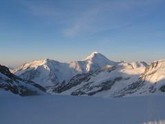 Z mrazivého stínu sledujeme sluncem ozářený vrcholek Aletschhornu.