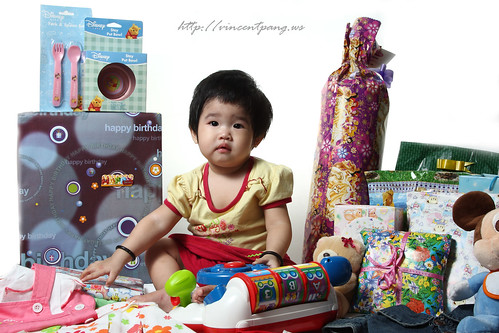 Min Hui with her bday gifts | by www.vincentpang.ws