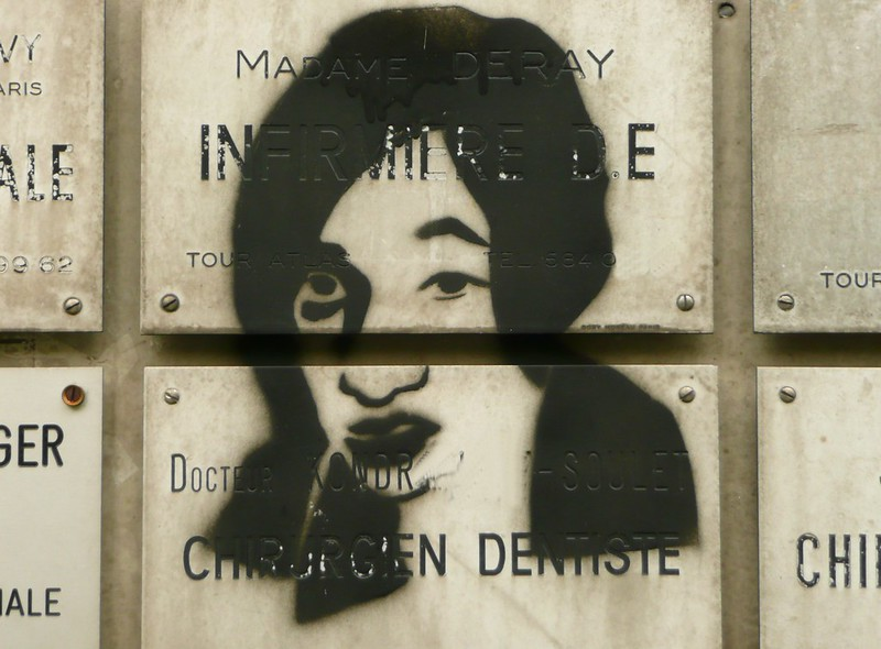 Graffitii sur plaque médecin