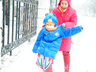 the second snow in northeastern China, family life likes river  floats.