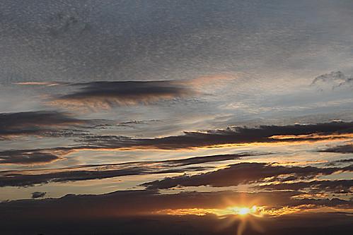 sky france horizontal jaune sunrise or ciel cielo nuage auvergne puydedôme clermontferrand salidadelsol leverdusoleil photostudio63 photographeclermont63fr photostudio63fr photographeclermontferrand photographeclermont63com photostudiocom thierrytavares