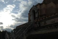 Wat_Chedi_Luang_near_sunset,_Chiang_Mai