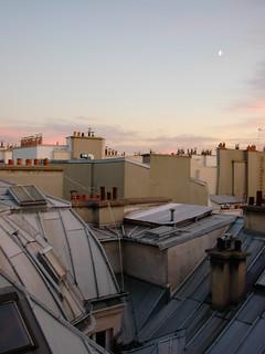 ciel rosissant et lune sur les toits de Paris