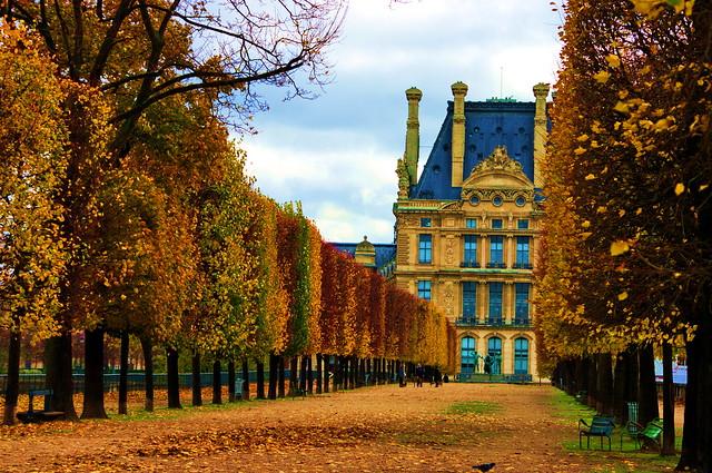Paris jardin des Tuileries, la terrasse le long de la Seine 5  avec le Louvre au fond