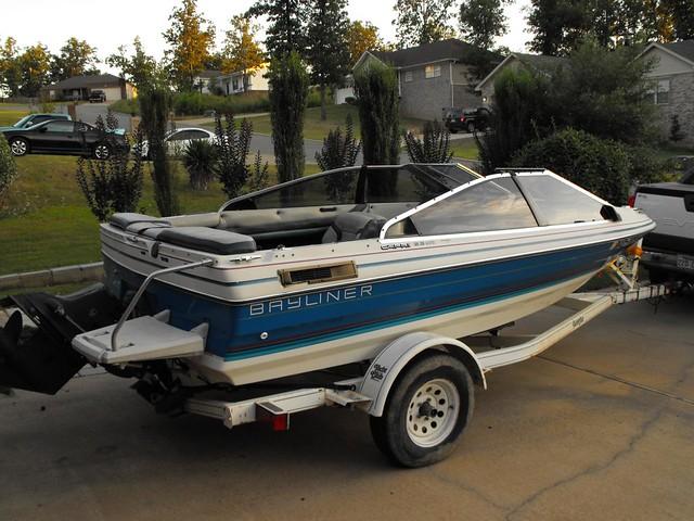 1988 bayliner capri Ski boat   Has a inboard 140 hp motor to