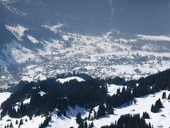 Centrem Jungfrauregionu je městečko Grindelwald, z ptačí perspektivy z lanovky na First.