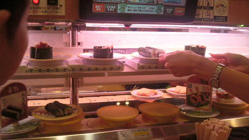 レーンが二つあるから何かと思ったら、かっぱ寿司の新幹線が注文 の品を自動で持ってくるんだ!すげーこれ。 | by Tokuriki