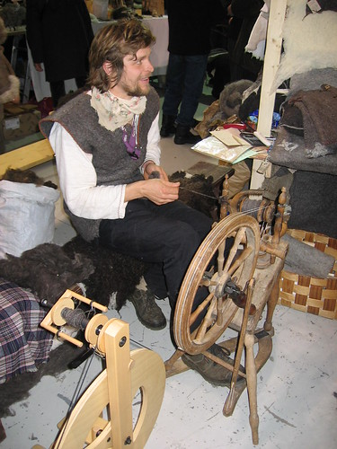 Lõbus ketraja / Funny guy behind spinning wheel | by kuutydruk