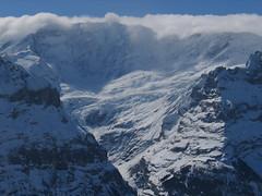 Hned vedle je nad ledovci hradba čtyřtisícových hor. Jejím nejvyšším bodem je v mlze schovaný Finsteraarhorn.