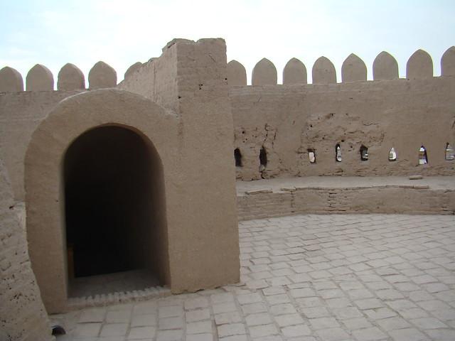 muralla almenas y arco con escalera interior ciudadela fortificada Kunya-Ark Jiva Uzbekistán 06