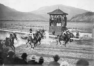 The start of the horse race, Kelowna, British Columbia / Départ de la course de chevaux, Kelowna (Colombie-Britannique)