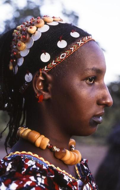 Jeune fille peul. Coiffe d'ambre. Mali