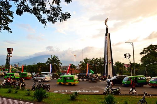 city sunset urban indonesia evening java downtown afternoon traffic landmark westjava bogor angkot mtsalak kujangstatue tugukujang
