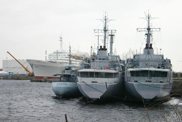 Deutsche Marine: ex Frischwasserboot FGS A 1405 FW 5 und ex Betriebsstofftransporter Klasse 703 FGS A 1424 WALCHENSEE und A 1427 WESTENSEE als Auflieger im Ausrüstungshafen in Wilhelmshaven