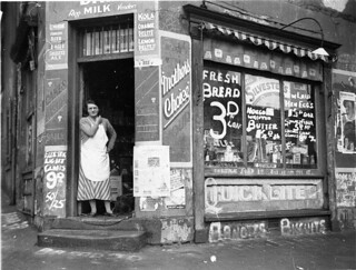 "Depression ""bread wars"", corner store on Bourke & Fitzroy Streets, Surry Hills, Sydney, 21 August 1934 / Sam Hood 