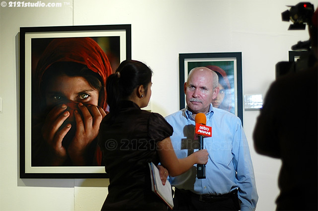 Steve Mc Curry interviewed by Astro AWANI infront of his award winning
