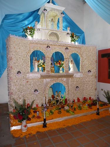 PA310343 Ofrenda dedicada a la Sr. Sabel Rosas Mejia Huaquechula Puebla por LAE Manuel Vela