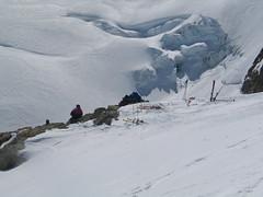 V sedle Rottalsattel (3.885 m) necháváme lyže a pokračujeme v mačkách a s cepínem v ruce.