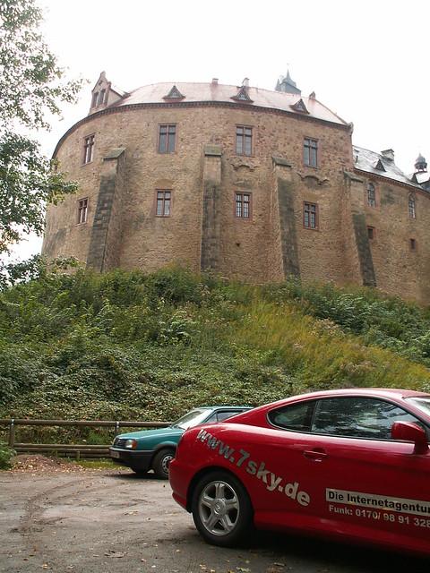 Burg Kriebstein, auf steilem Felsen hoch über der Zschopau, die schönste Ritterburg in Sachsen, wurde im 14. Jahrhundert in der Nähe der Stadt Waldheim gegründet, stellt aber nur sehr begrenzte Parkplätze zur Verfügung, weshalb Sie  lieber den Großparkplatz der Talsperre Kriebstein nutzen sollten 265