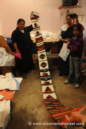 ecuador women crafts handicrafts microcredit microfinance otavalo weavings aes