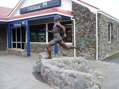 Peter Snell statue Opunake