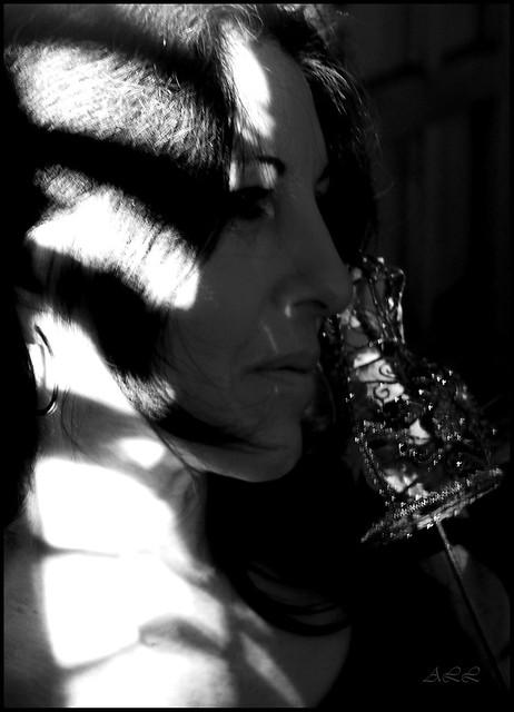 Mujer con juego de luces.
